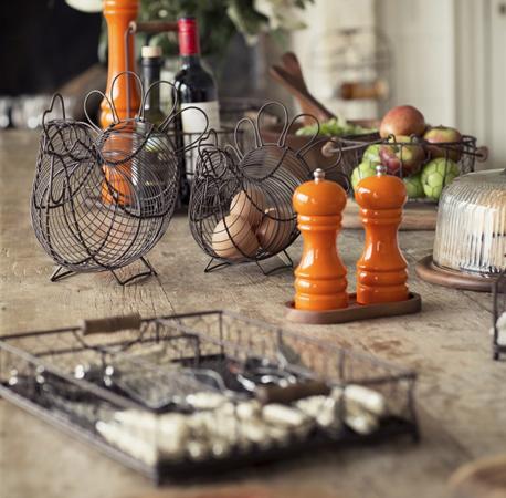 Kovové dekorácie, prútené košíky a zmes luxusných a lacných doplnkov spolu skvelo ladia