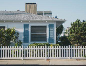 Výber plota a brány – ktoré parametre sú najdôležitejšie?